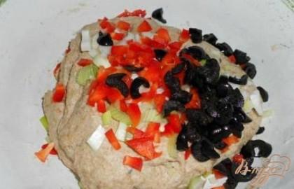 Замесить тесто. Вымесить его, чтобы не сильно липло к рукам. Добавить порезанные мелко лук, перец и маслины, хорошо вмешать в тесто.