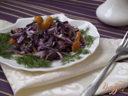 Готово! Подать салат украсив зеленью и опятами. Приятного аппетита!!!