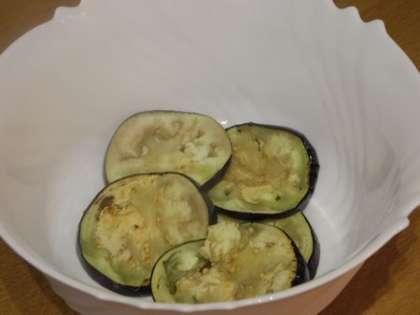 Сложить баклажаны в глубокую салатницу