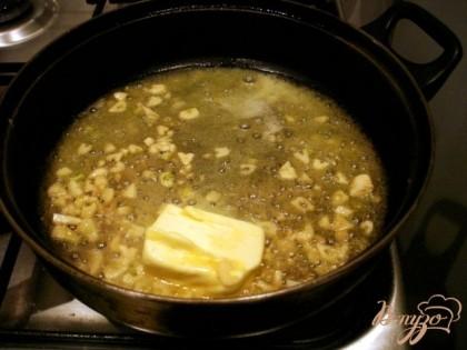Растопить на сковороде сливочное масло опустить в него чеснок. И как только он начнёт румяниться, добавить панировочные сухари.