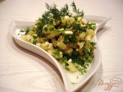 Половину салата заправили подсолнечным маслом и соком лимона.