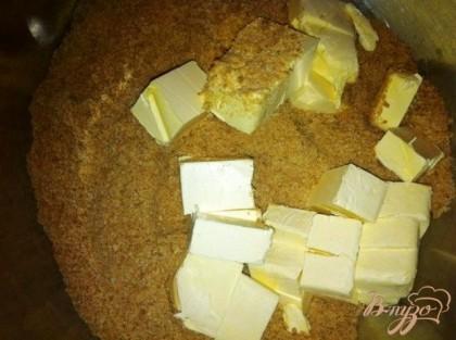 Добавить мягкое сливочное масло в миску с песочными крошками.Хорошо перемешать массу.