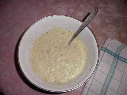Провернутый с перцем кабачок поместить в миску, добавить 1 яйцо, 3 столовые ложки муки, соль, перец. Хорошо все перемешать
