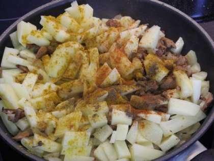 Добавить картофель и специи