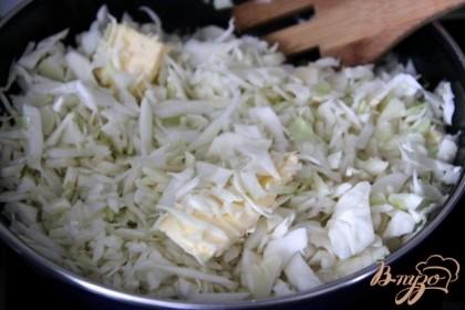 На смеси растительного и сливочного масла пожарить капусту, в конце добавить немного воды, протушить до мягкости.