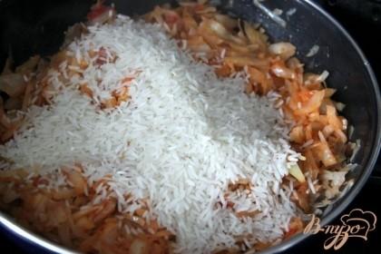 Добавить сырой рис и воду, чтобы покрыла рис, накрыть крышкой, варить 15 мин. на медл. огне, 1-2 раза помешать.