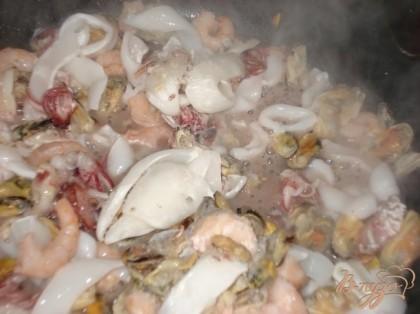 На разогретую сковороду наливаем немного оливкового масла и добавляем морской коктейль и тушим под крышкой.