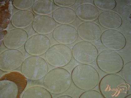 Слоеное тесто раскатайте толщиной 0, 5 см. Круглой выемкой вырежьте лепешки диаметром 4 -6 см.