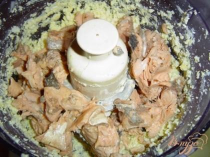 Для начинки разотрите горбушу, добавьте немного красного перца, немного тертого мускатного ореха, вареные яйца и соус хрена с уксусом