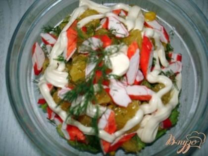 Салат выложить в салатницу заправить солью и полить майонезом.