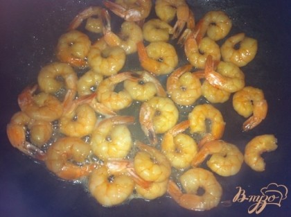 Маринуем в соевом соусе, меде и оливковом масле креветки около часа.Затем обжариваем их с двух сторон по пару минут.