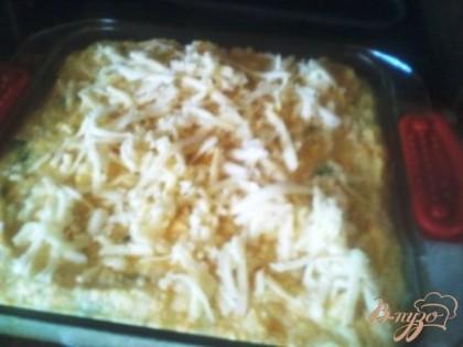 За пять минут до готовности посыпаем тертым сыром и опять на пару минут в духовку, пока сыр не расплавится.