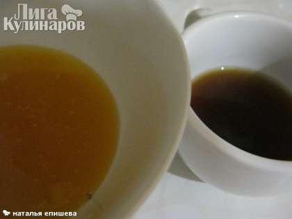 Мёд смешать с коньяком, добавить в творожную массу. Если мёд густой, его нужно немного подогреть на водяной бане