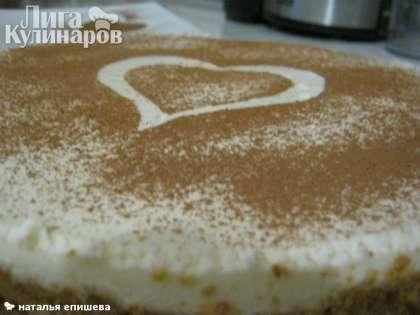 Застывший чизкейк аккуратно достаем из формы и украшаем какао.