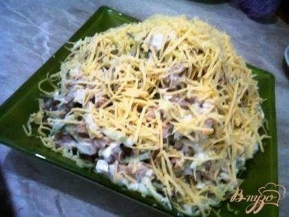 Готово! Выкладываем в вазу, сверху щедро посыпаем тертым сыром и подаем на стол!
