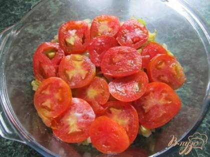 Выложить кружочки помидоров.