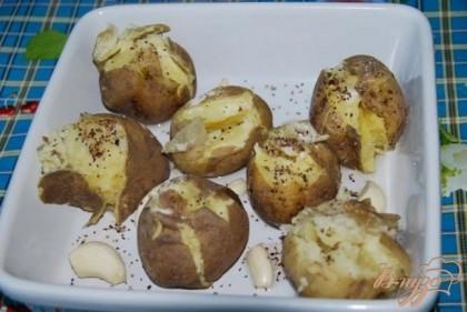 Посыпаем картофель солью, смесью перцев и сушёных трав, поливаем растительным маслом. Ставим в нагретую до 200 градусов духовку для запекания на 30 минут.