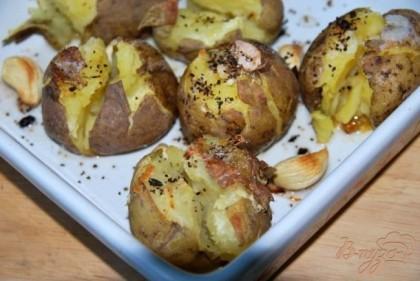 Готовый картофель подаём с зеленью или мелкопорезанным зелёным луком.