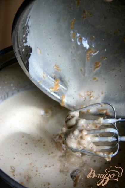 Добавить тыкву, постепенно ввести сухую смесь.