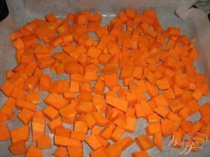 Тыкву нарезать на кусочки,выложить на противень и испечь в духвке при 180С.Форму для выпечки смазать маслом(я застилаю бумагой для выпечки).
