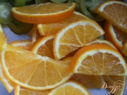 Апельсины вымыть щеточкой. Один апельсин, не очищая кожуры, нарезать полукольцами. 3-4 помидорки нарезать кружочками.