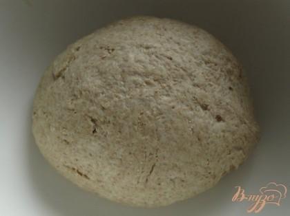 Полученную смесь добавляем к муке и вымешиваем тесто. Накрываем и оставляем на час в тёплом месте до увеличения вдвое.