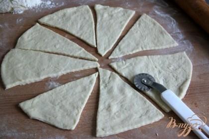Разделить тесто на 3 части и раскатать каждую в круг, круг разделить на сегменты, как пиццу.
