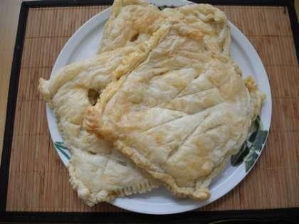 Готовый пирог можно подавать с чесночным соусом