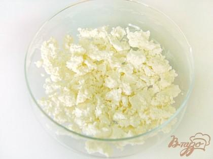 Разложить в две креманки половину творога. Ягодки клубники помыть, порезать на пластинки. Печенье поломать на кусочки.