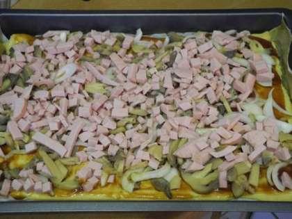 Колбасу и грибы выложить на тесто