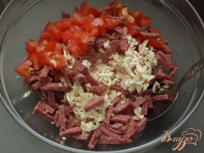 Колбасный сыр натереть на тёрке и смешать с помидорами и колбасой.
