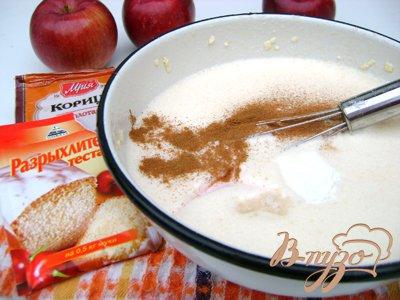 Далее добавить 1 ч.л. разрыхлителя, щепотку соли, корицу. Размешать тесто. Добавить муки до консистенции блинного теста.Из яблок удалить сердцевину, нарезать кольцами.