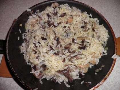 Приготовить начинку из отварного риса, смешанного с луком и грибами