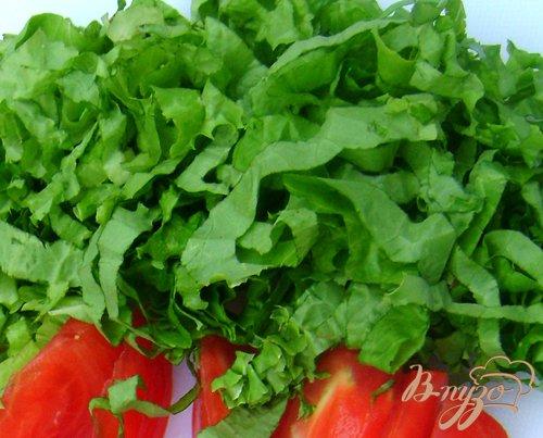 Овощи промыть, помидоры нарезать дольками, зелёный салат полосочками.