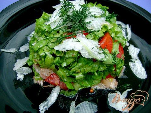Готово! Все подготовленные ингредиенты для салата, кроме редиса, смешать, заправить заправкой и выложить салат на широкое плоское блюдо, сверху посыпать редисом, укропом, и подать к столу.Приятного аппетита!