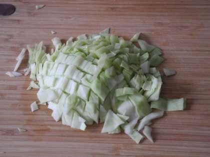 С капусты снять верхние листья, качан вымыть и мелко порезать