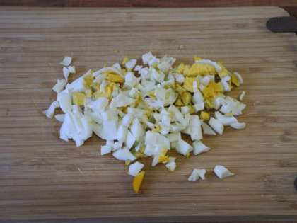 Яйца очистить от скорлупы и мелко порезать
