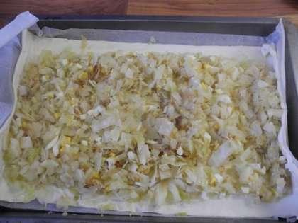Выложить ровным слоем на тесто обжаренную капусту с яйцом