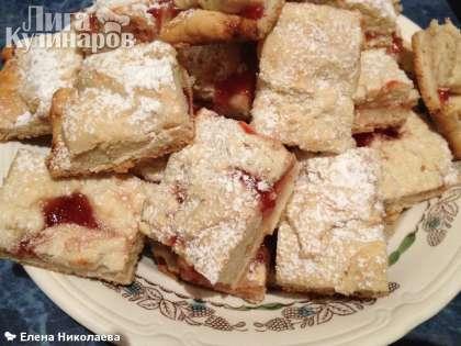 """Выпекаем наше печенье в духовке минут 25-30 при температуре 180 С. Разрезаем на квадратики, посыпаем сахарной пудрой (или какао, если у вас печенье со сгущенкой). Вот такой рецепт для утилизации вечно прокисшего кефира - """"Печенье на кефире"""".  Наливайте чай)"""