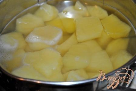 Молодой картофель вымыть, очистить. Чтобы это легче сделать, засыпьте вымытый картофель крупной каменной солью и хорошо потрите клубни руками.Разрежте картофель на части, опустите в кипящую воду и варите до готовнвости минут 20. В конце варки посолите по вкусу.
