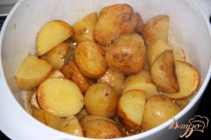 Молодой картофель хорошенько помыть со щёточкой, обсушить, нарезать небольшими, но толстыми кусочками, обжарить на смеси растительного и сливочного масел 1:3 до золотистой корочки, постоянно переворачивая.