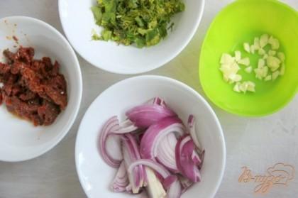 В это время мелко нарубить зелень укропа и петрушки, измельчить вяленые томаты и чеснок, нарезать соломкой луковицу.