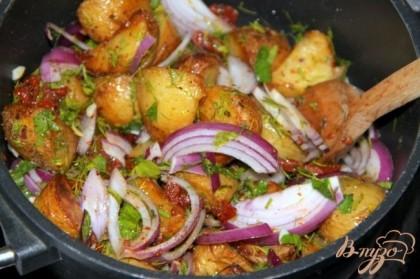В сковороду с сиропом добавить картофель и подготовленные  заранее овощи с зеленью, перемешать, приправим по вкусу солью и перцем чили, оставить на огне ещё на 2 минуты, не более.