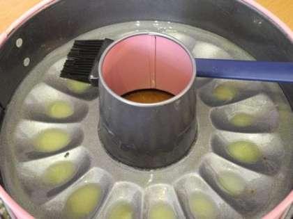 Форму для запекания разогреть и смазать сливочным маслом