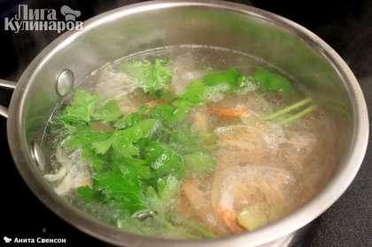 Креветки отварить 5 минут с парой веточек петрушки, солью и белым вином (воды взять 3 стакана).
