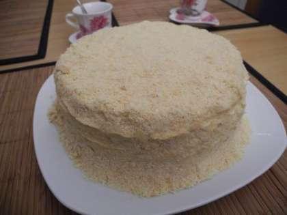 Распределить крошку равномерно по торту