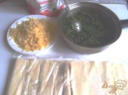 Трем сыр, размораживаем шпинат и слегка выпариваем из него жидкость