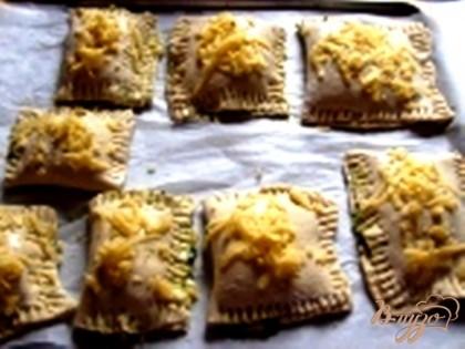 Посыпаем сыром и выкладываем на противень, застеленный бумагой для выпечки. Ставим в духовку на 25-30 минут в разогретую духовку до 200 градусов