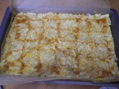 Выложить начинку на пирог и полить медом