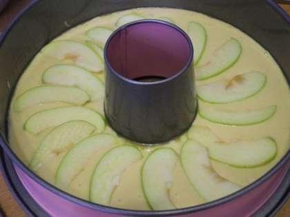 Выложить дольки яблок по кругу